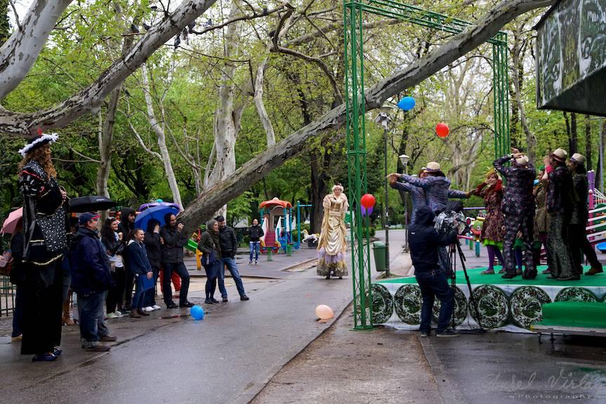 Spectacol de pantomima pe scena de la Foisor din Parcul Cismigiu.