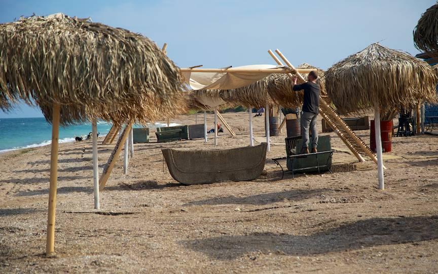 Pregatiri de 1 Mai pe plaja de la Barul Amphora.