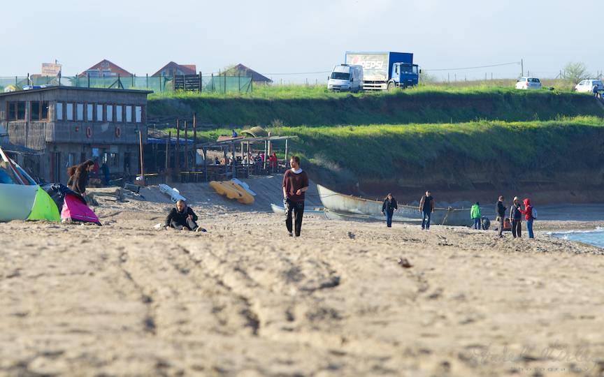 Plaja din Vama Veche greblata prima data si primii turisti la sfarsit de aprilie.