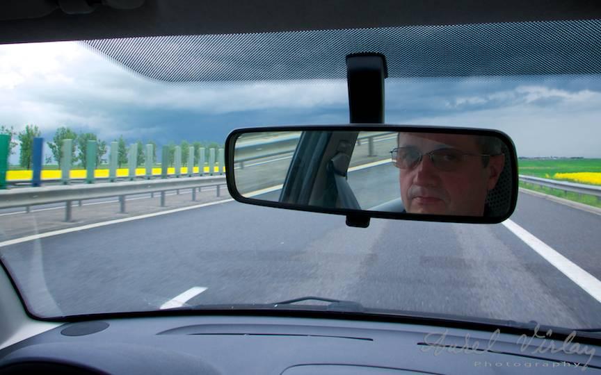 Fotografie Autoportret in oglinda retrovizoare.
