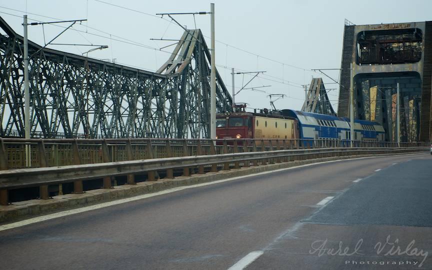 Tren pe Podul Cernavoda. Ciudat este ca in locul asta nu ploua.