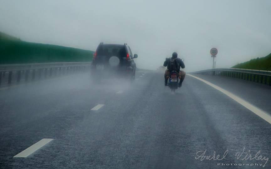 Fotoreportaj cu o motocicleta hotarata sa ajunga in Vama Veche pe ploaia deasa.