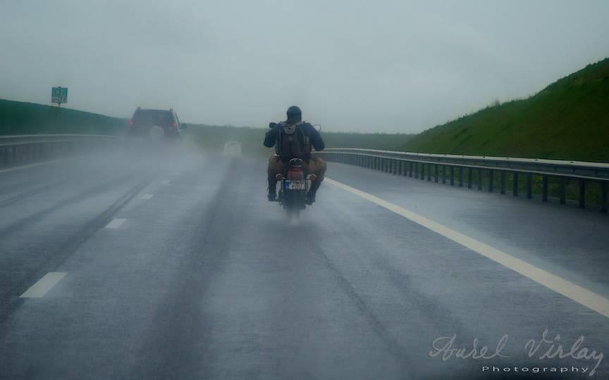 Freeman pe doua roti pe Autostrada Soarelui pe timp de ploaie.