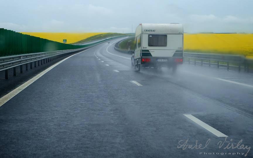 Compozitie foto cu rulota prin ploaia deasa si marunta.
