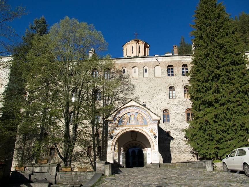 Fotografie din exterior cu intrarea principala.