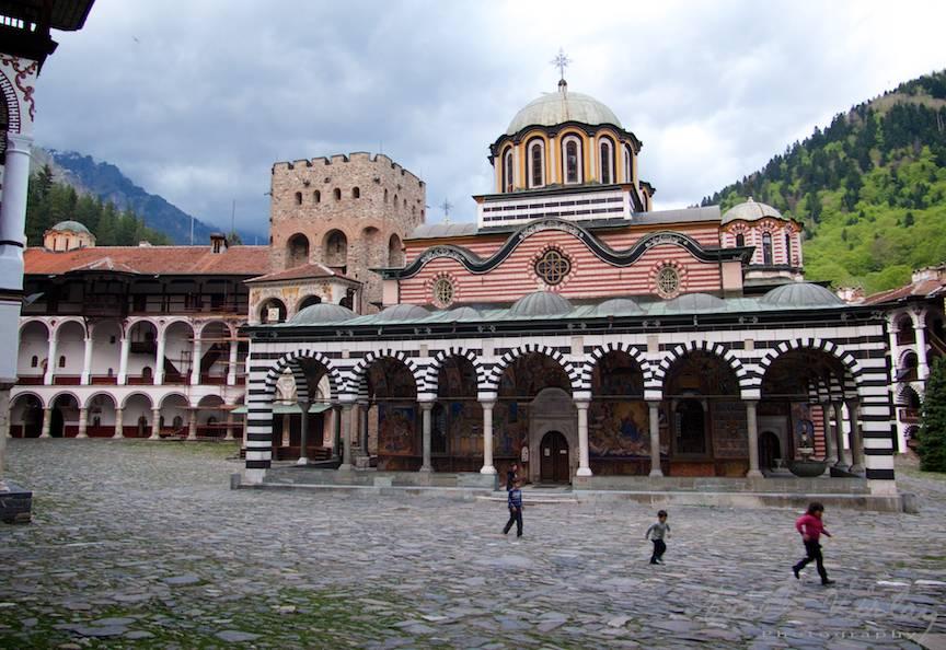 _Manastirea Rila Bulgaria Foto-Aurel-Virlan 04 Fotoreportaj cu copii alergand prin curte