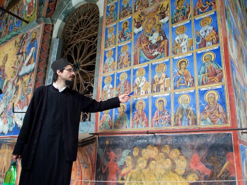 _Manastirea Rila Bulgaria Foto-Aurel-Virlan 07 preotul Victor de la Basilica Travel explicand picturile sfintilor