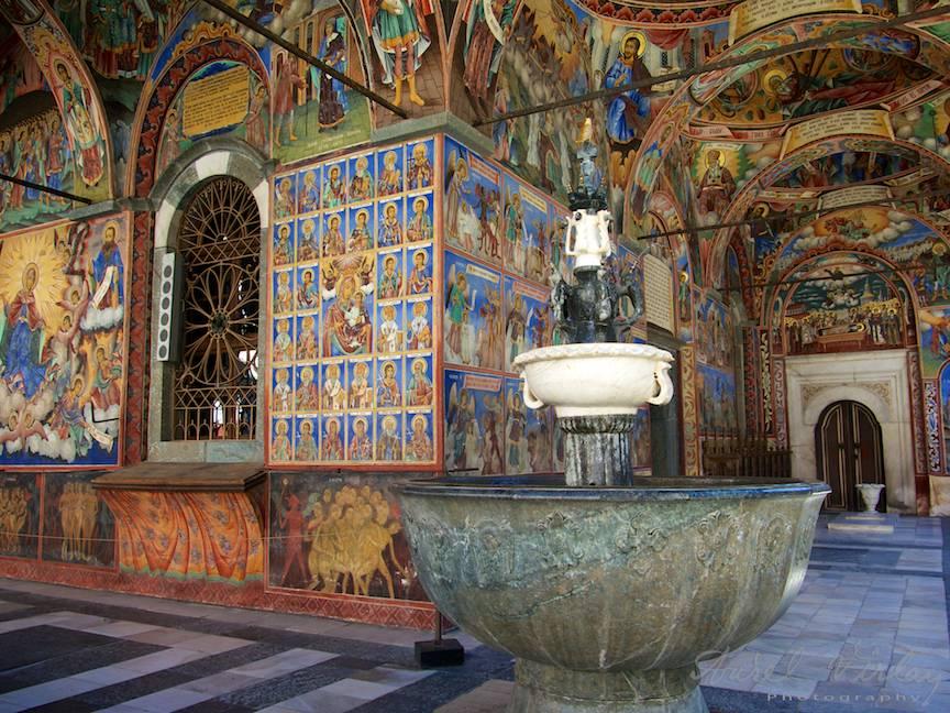 _Manastirea Rila Bulgaria Foto-Aurel-Virlan 14 frumosul si marele aghiasmatar din pridvorul bisericii