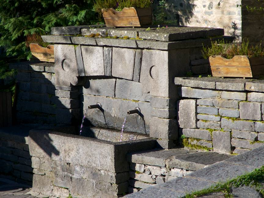 _Manastirea Rila Bulgaria Foto-Aurel-Virlan 16 izvor cu apa curata de baut de langa intrare