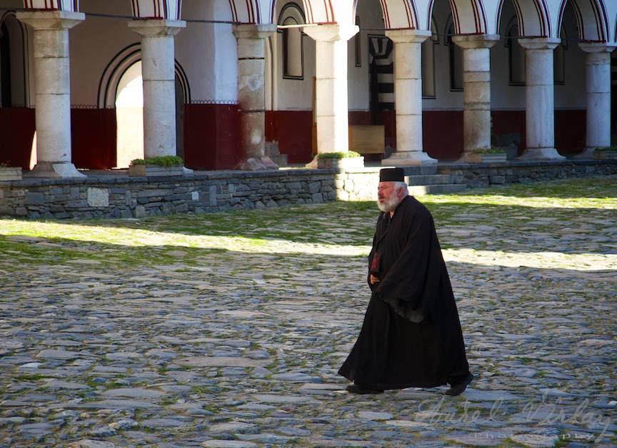 _Manastirea Rila Bulgaria Foto-Aurel-Virlan 22 calugar traversand curtea interioara