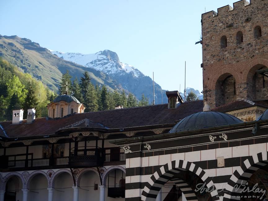 _Manastirea Rila Bulgaria Foto-Aurel-Virlan 26 muntele inzapazit deasupra turnului de aparare