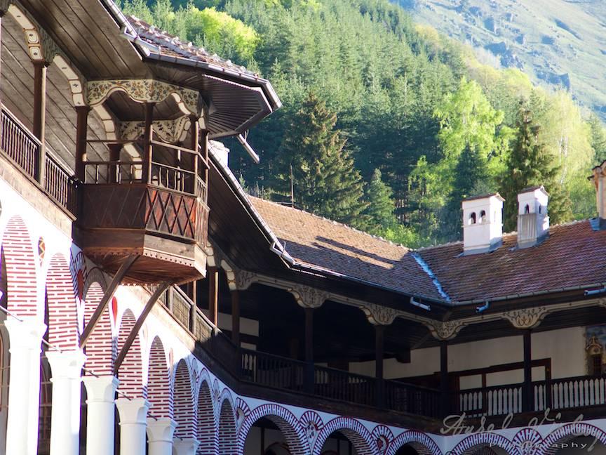 _Manastirea Rila Bulgaria Foto-Aurel-Virlan 27 cerdac de lemn sub soarele diminetii