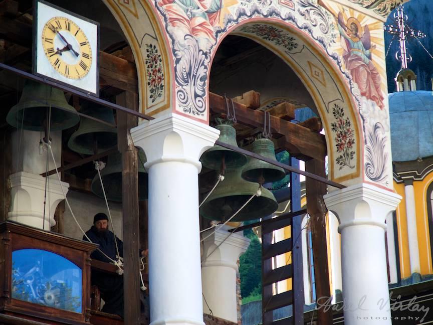 _Manastirea Rila Bulgaria Foto-Aurel-Virlan 31 clopetele trase de sfori cheama la lumea la liturghie si rugaciune