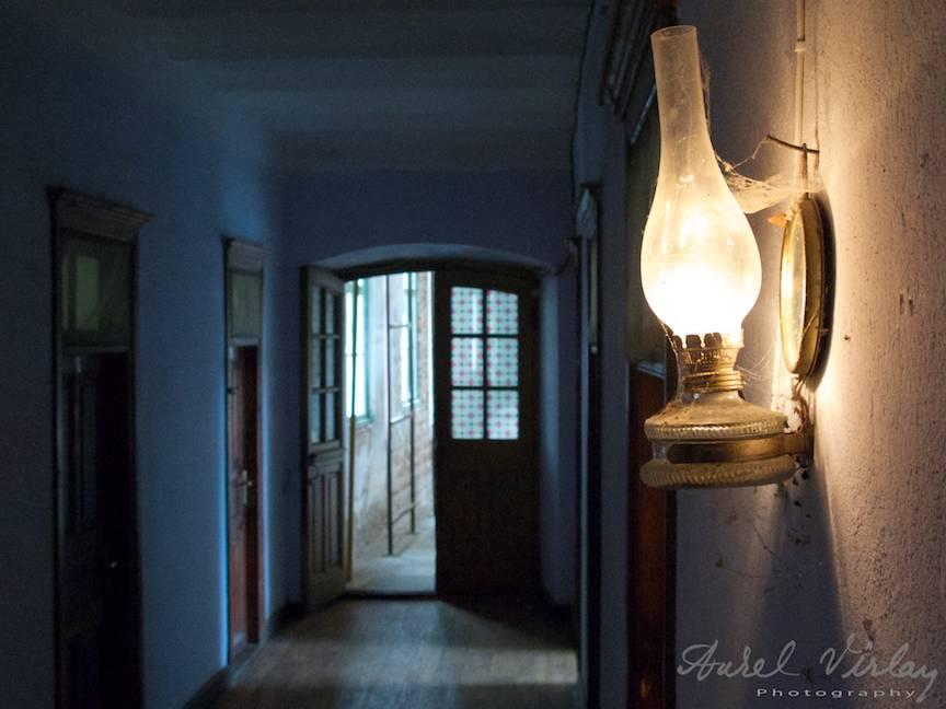 Eseu Fotografic la lumina lampii plina de panze de paianjen.