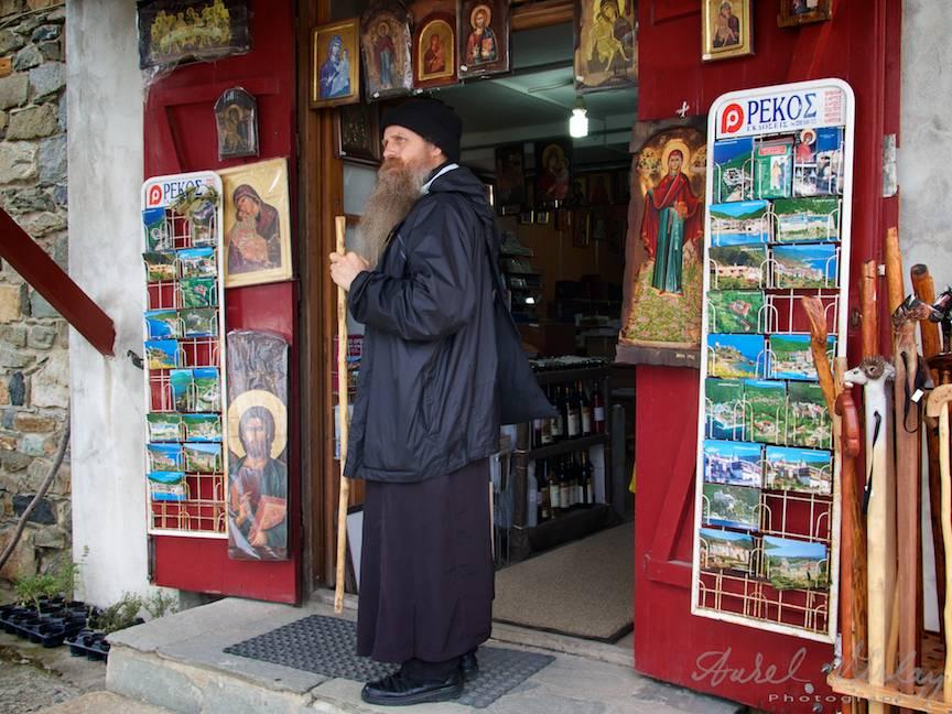 Magazin cu tot ce are nevoie un pelerin pe Athos: icoane, harti, toiege.