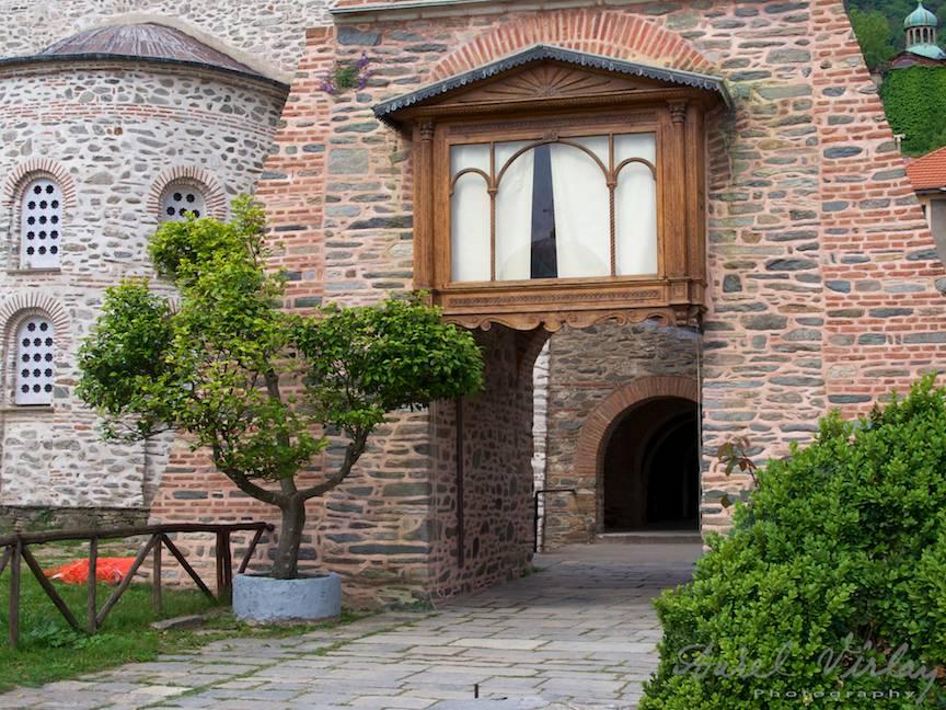 Fotografie cu poarta de intrare pe sub turnul clopotnitei bisericii Protatos.