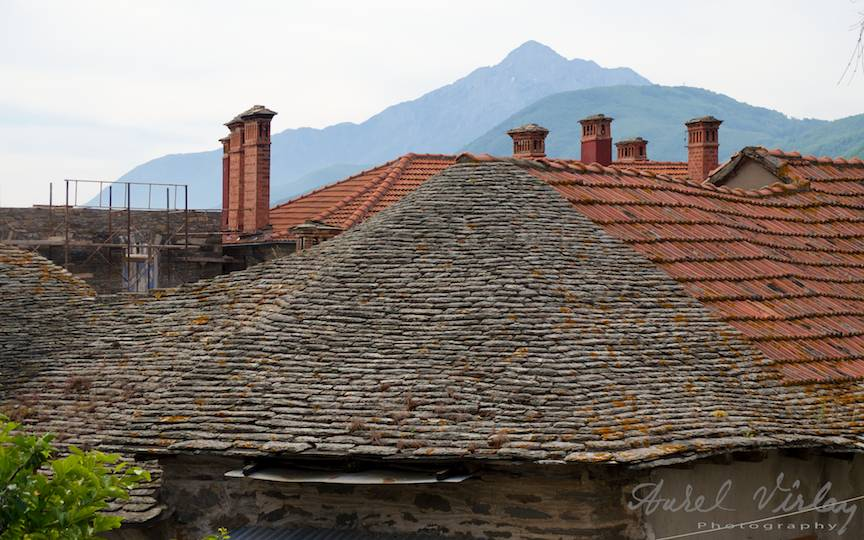 Varful munteleui Athos peste acoperisuri de piatra si tigla.