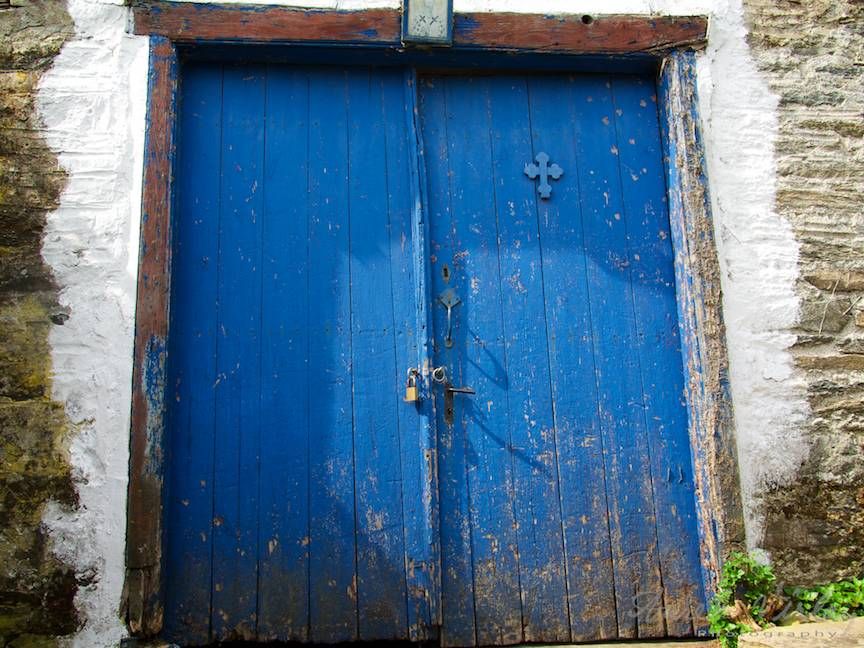 Cruce pe o usa albastra din Careia.