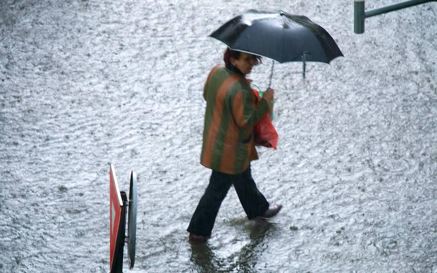 Scurt documentar foto cu ploaia de Mai in Bucuresti.