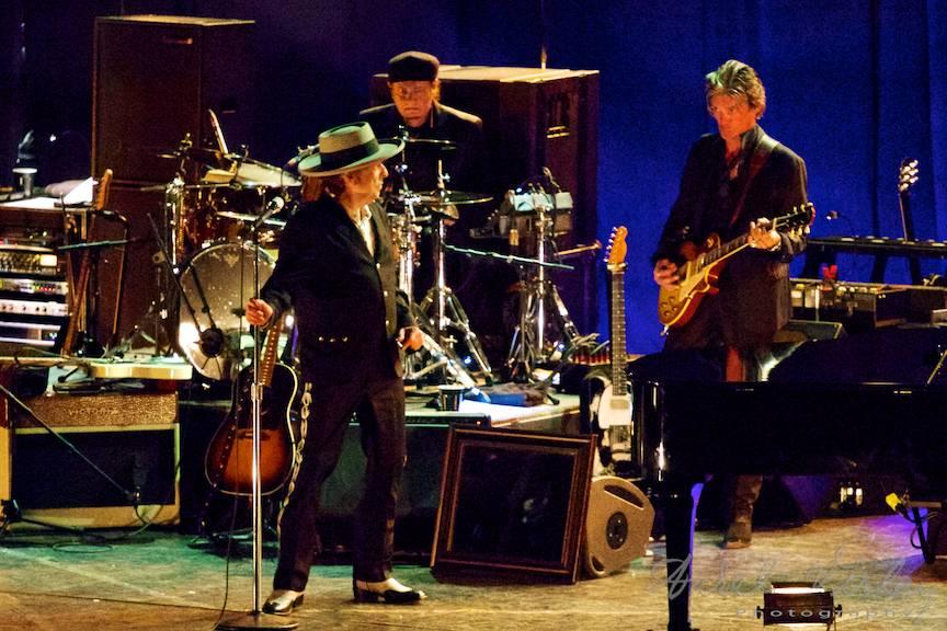 Disonanta intre Bob Dylan si chitara solo, remediata din priviri.