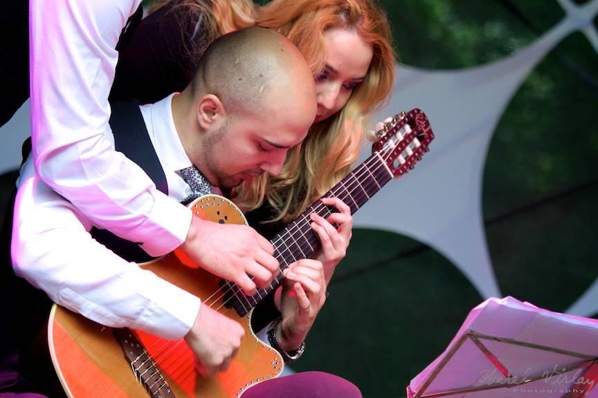 Trio Zamfirescu ciupind toti trei aceasi chitara clasica!