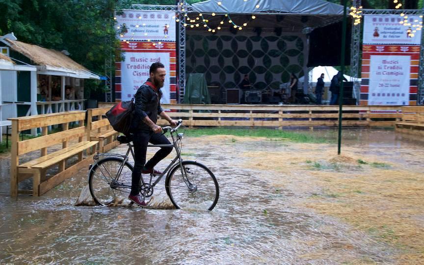 Serie foto cu cel mai curajos biciclist!