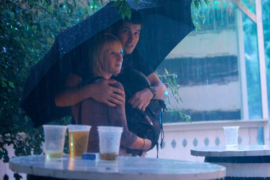 Love Story under umbrella. Berea cu apa de ploaie este din partea casei.