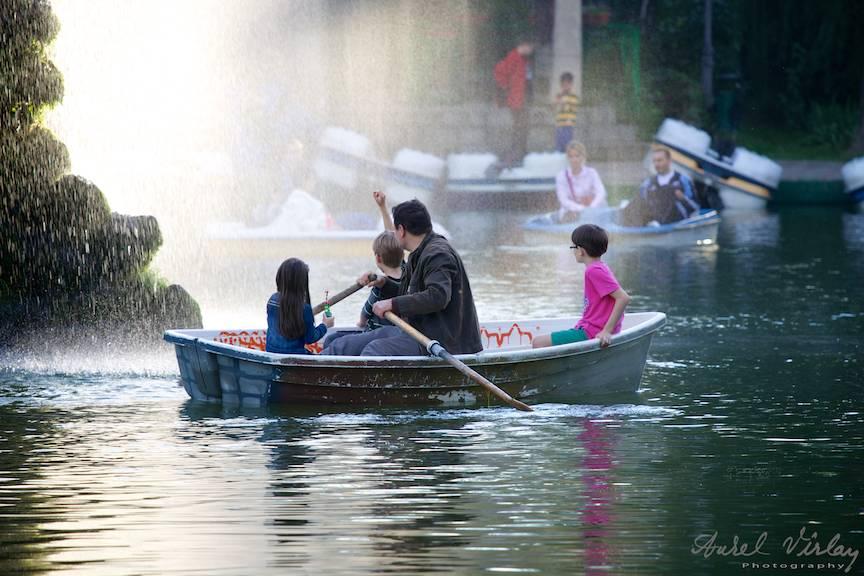 Taticul si copiii cu barca prin ploaia fina a stropilor de apa imi aduce aminte de copilarie.