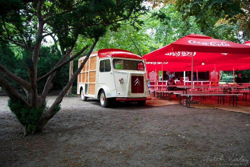 Peisaj foto citadin in Cismigiu cu autoturism cantina vintage Citroen.