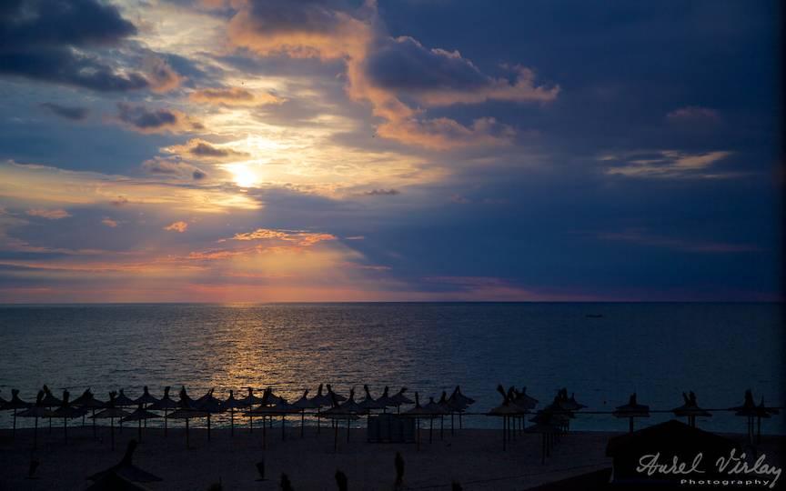 Spectacolul dansului norilor cu soarele peste umbrelele de la Stuf.