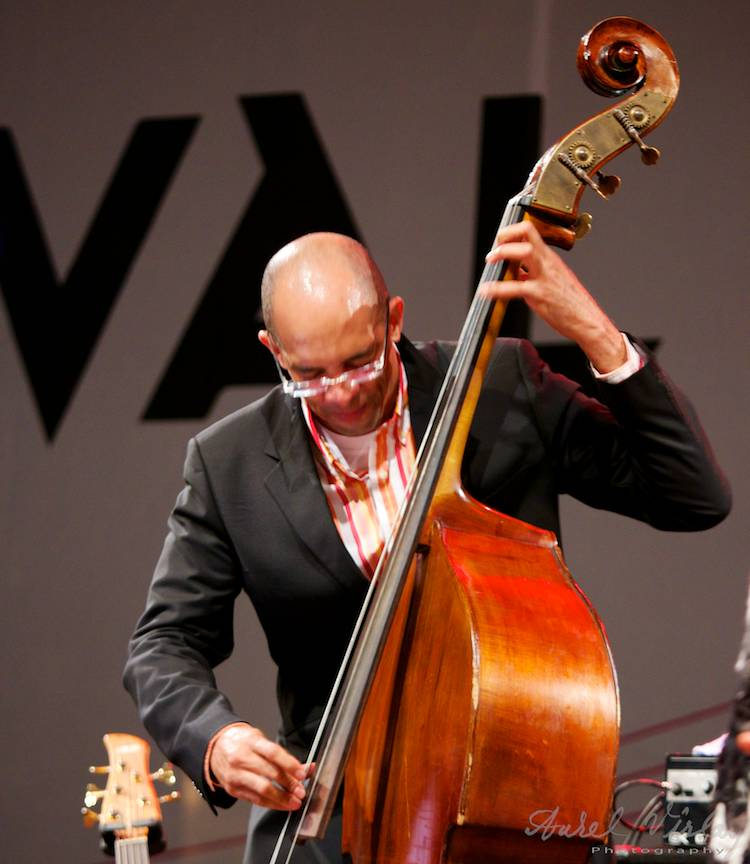 Moment de virtuozitate jazz la contrabas.