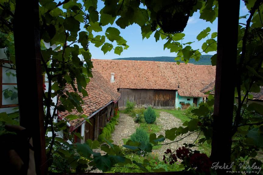 Pensiune intr-o gospodarie pitoreasca: Casa cu Zorele Satul Crit judetul Brasov.