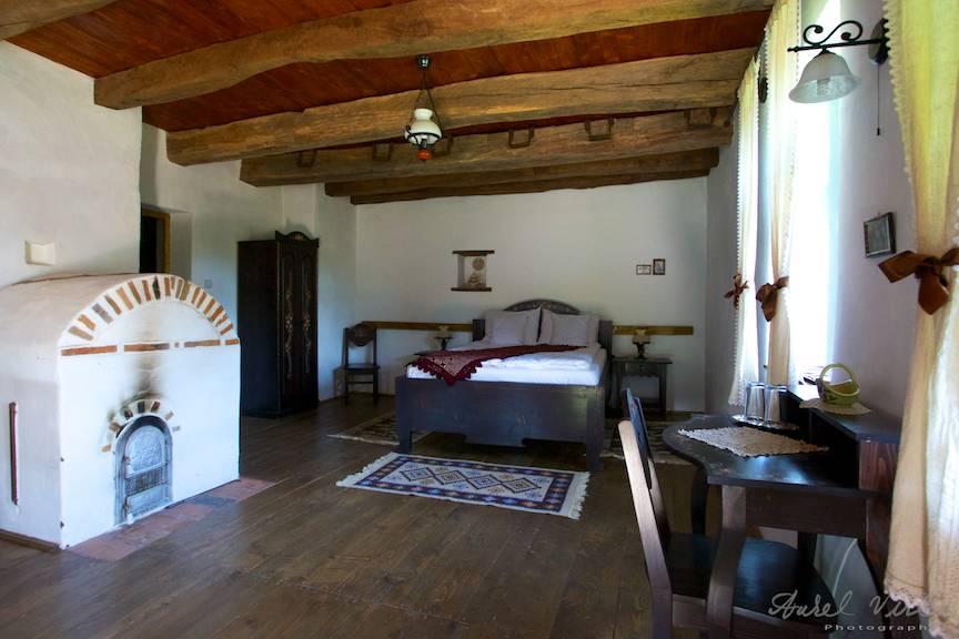 Fotografie in fostul grajd de vite care a fost renovat intr-un dormitor rustic si spatios!