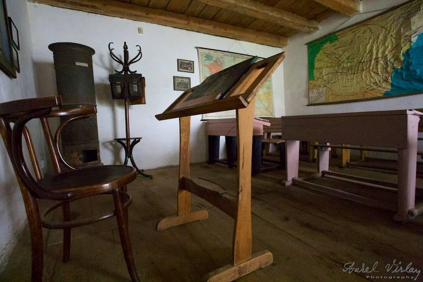 Sala de clasa medievala cu pupitru -catedra.