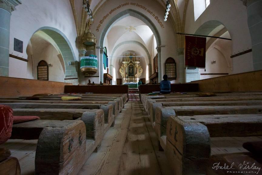 Bancile simple cu barne de lemn ale Bisericii Fortificate Harman.