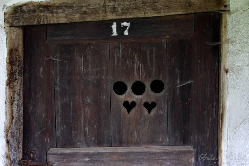 Detaliu unei usi de lemn cu cea mai nastrusnica fereastra de a vedea cine vine in vizita!