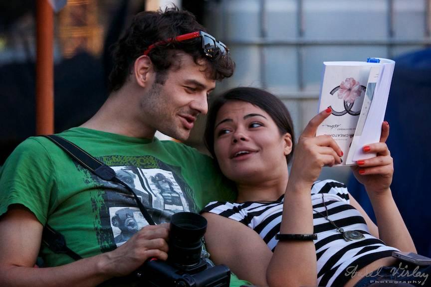 Un fotograf fericit alaturi de o partenera potrivita
