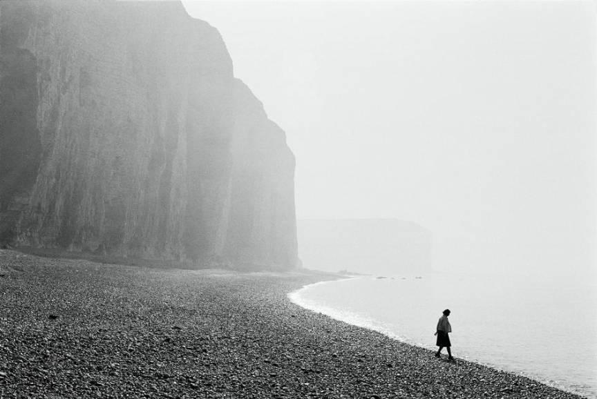 Franta: Haute-Normandie region. The Les Petites Dalles beach - foto Martine Franck 1973.