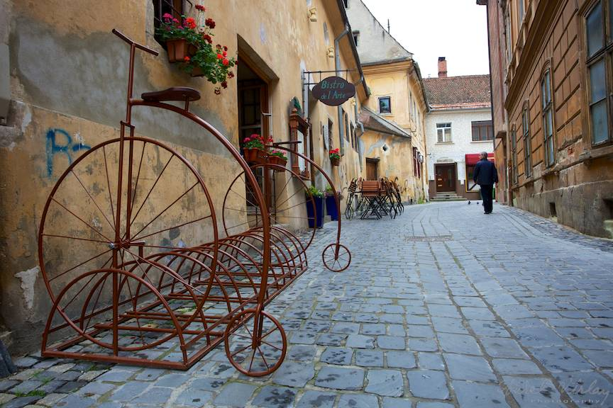Peisaj foto citadin cu biciclete vintage.