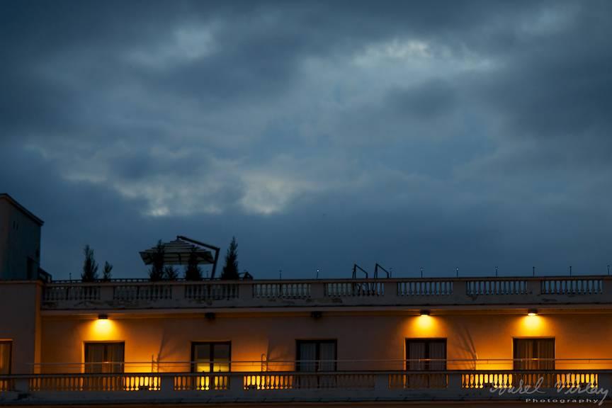 Terasa Hilton sub cerul amenintator.