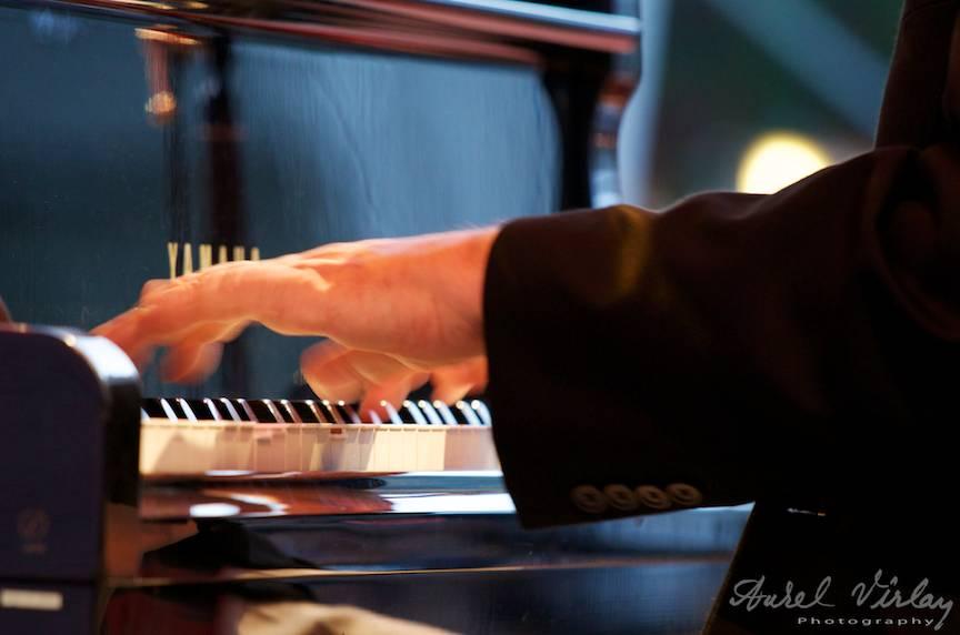Detaliu foto cu maini de pianist jazz.