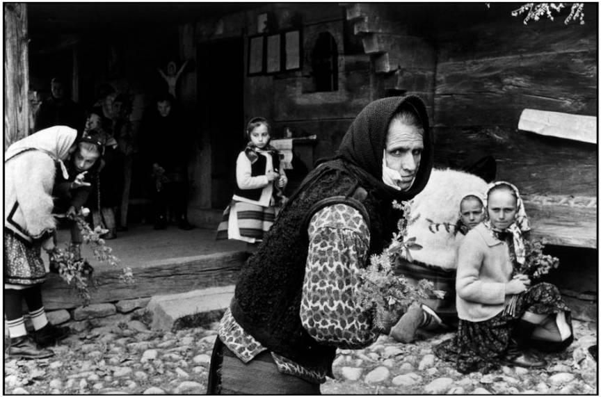 Martine Franck Fotografii in Transilvania Maramures. Biserica Harnicesti. 1975