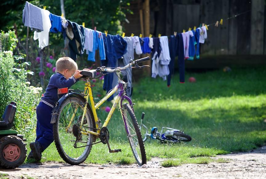 Instinctul de fotojurnalist de strada imi este starnit de micul biciclist si lumina divina.