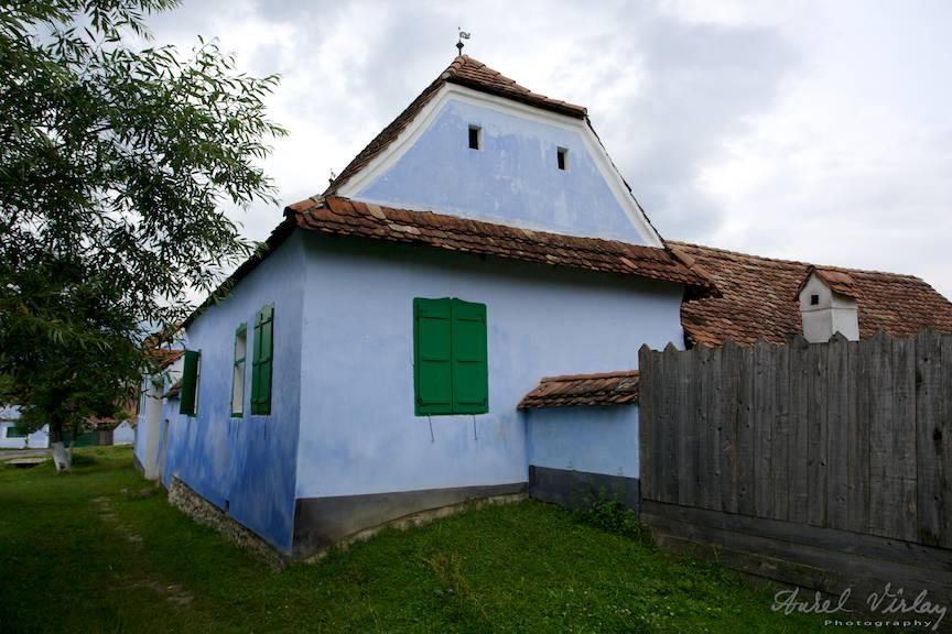 Casa albastra cu ferestre verzi a Printului Charles.