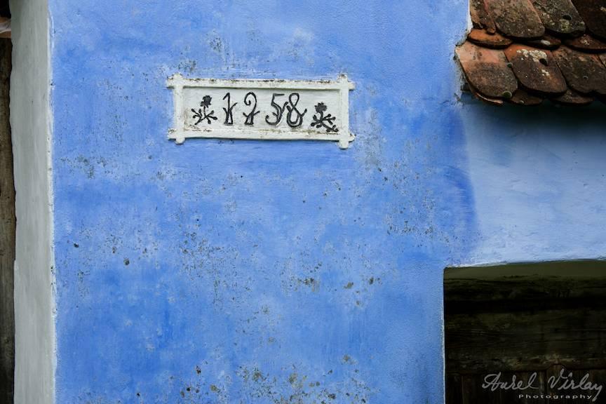 Anul constructiei inscriptionat pe zidul de langa poarta.