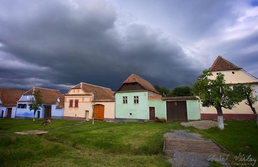Cerul de furtuna acopera casele satului.