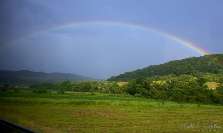 Dupa ploaia rapida si calda de vara apare Curcubeul ca un zambet pe cer.