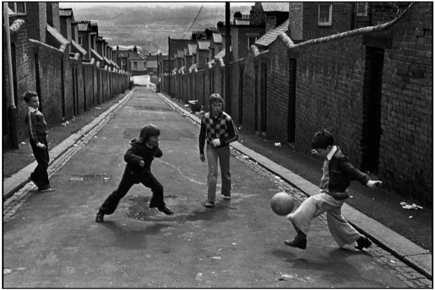 Town of Newcastle on Tyne - Copii jucand football - fotojurnalism de strada Martine Franck.