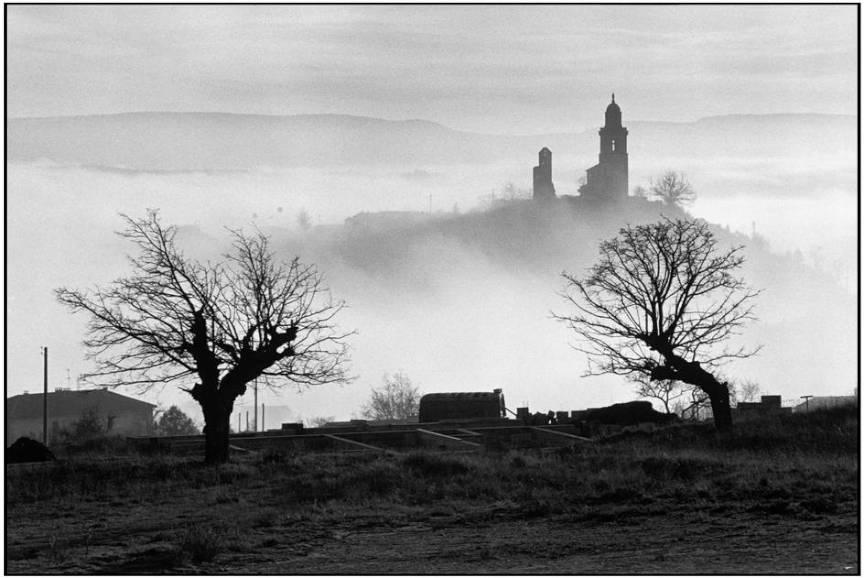 Town of Reillanne - Peisaj foto suprarealist de Martine Franck.