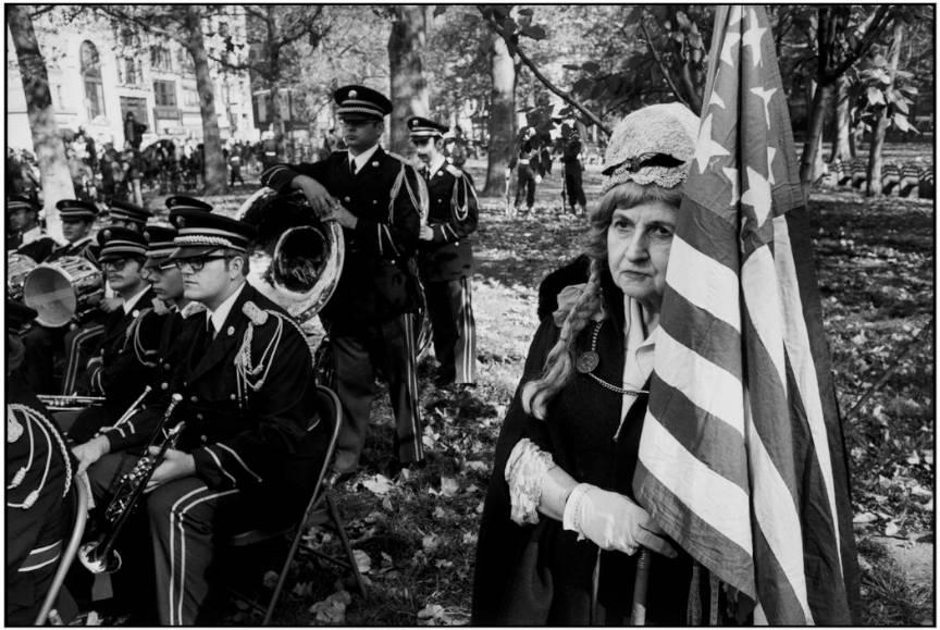 USA New York City Veterans' parade - commemorating the armistice 1974 - Batrana steag America by Martine Franck.